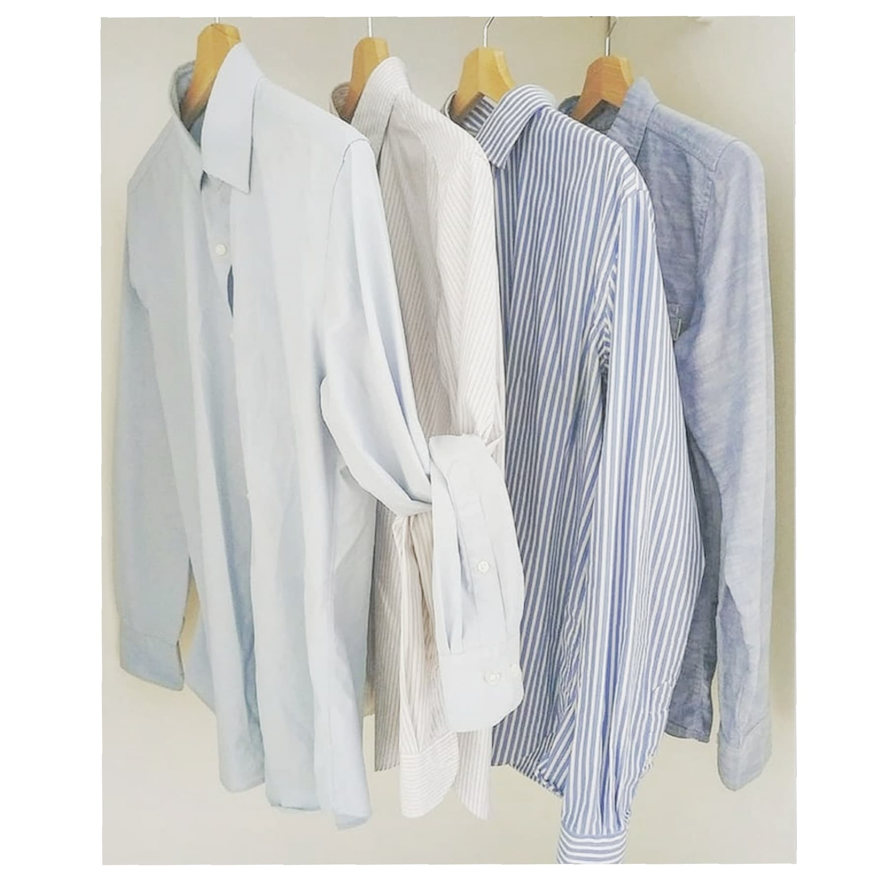 dans la penderie chemises bleue rayée et reposant sur des cintres