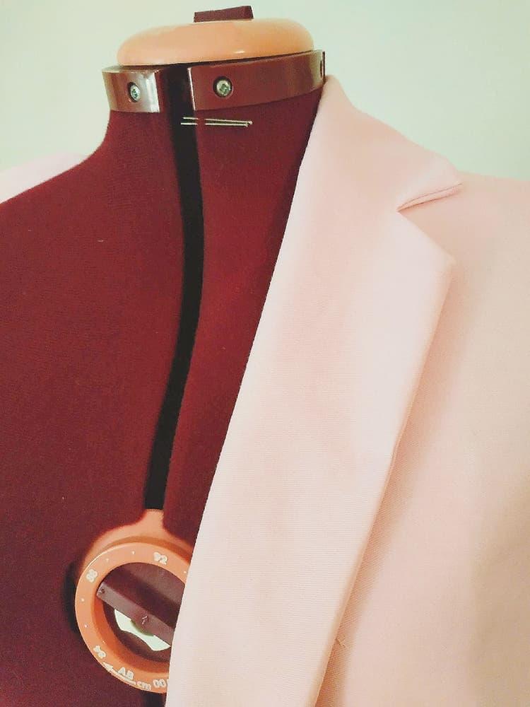 mannequin de couture couleur framboise et veste de tailleur rose pale fait main